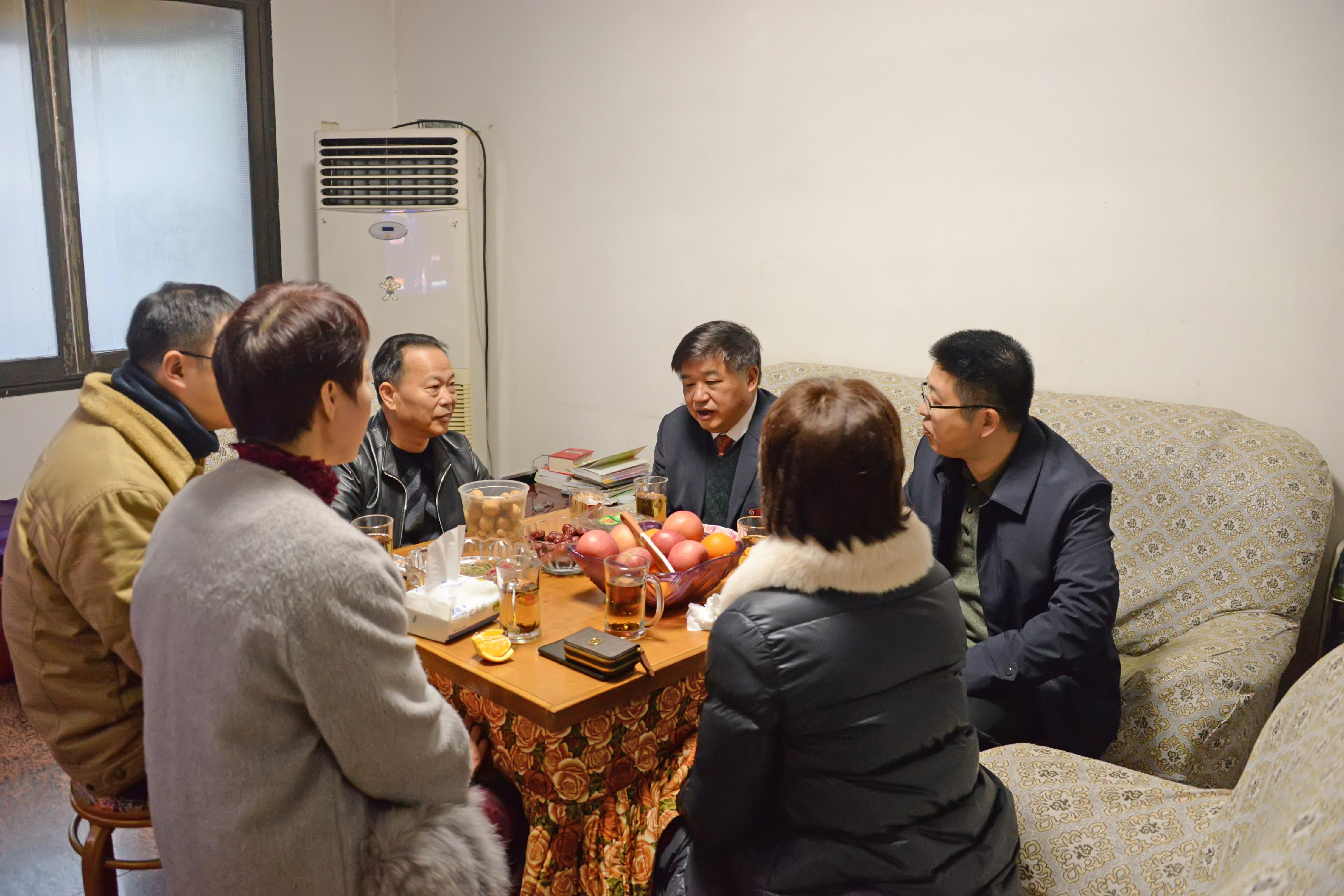 院领导元旦、春节走访慰问老干部和困难职工